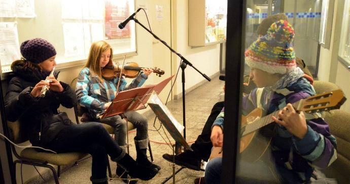 Die Musikschule Günzburg wirkte mit einem Querflötenensemble sowie mit Gitarrenspiel beim Adventskalender am Rathaus mit. Foto: Sabrina Schmidt
