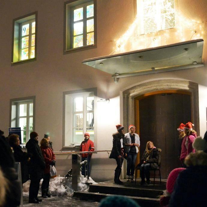 Die Klasse 6b des Dossenberger Gymnasiums spielt eine Weihnachtsge-schichte. Foto: Sabrina Schmidt