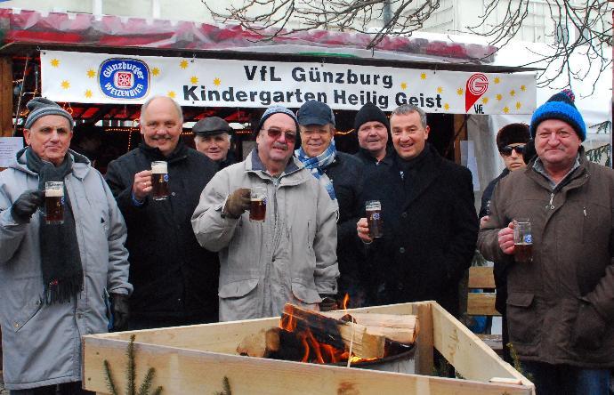 Bei der Günzburger Altstadtweihnacht schenkten die Mitglieder des Seniorenbeirats gemeinsam mit Oberbürgermeister Gerhard Jauernig (2.v.r.) Glühweizen aus. Foto: Daniela Rossmanith