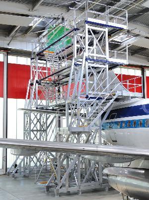 Sonderkonstruktionen aus Günzburg, wie diese Dock-Anlage für die Wartung von Flugzeugen, sind weltweit sehr gefragt. Foto: Günzburger Steigtechnik