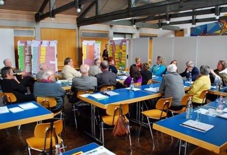 """Am Freitagnachmittag beschäftigte sich eine der sechs Arbeitsgruppen mit den seniorenrelevanten Themen """"Betreuung und Pflege"""", """"Hospiz und Palliativversorgung"""" und """"Unterstützung pflegender Angehöriger"""". Foto: Stadt Günzburg"""