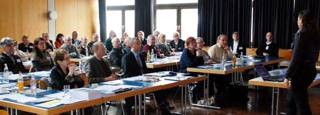 """Die Moderatorin Brigitte Herkert von der """"Arbeitsgruppe für Sozialplanung und Altersforschung (AfA)"""" erklärte den Teilnehmern den Ablauf des Workshops. Foto: Stadt Günzburg"""