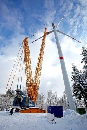 Die Montage der Windkraftanlagen im Windpark Zöschingen läuft auf Hochtouren. Foto: Vensol