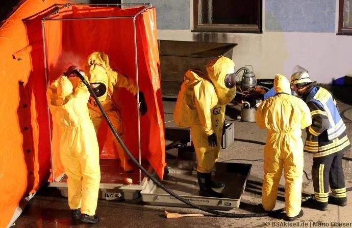 Ein Dekontaminationsplatz (auch Dekon-Platz (Deutschland) oder Deko-Platz (Österreich) genannt) dient zur Dekontamination von Personen, Fahrzeugen oder Geräten, welche mit einem Gefahrgut in Berührung gekommen sind.