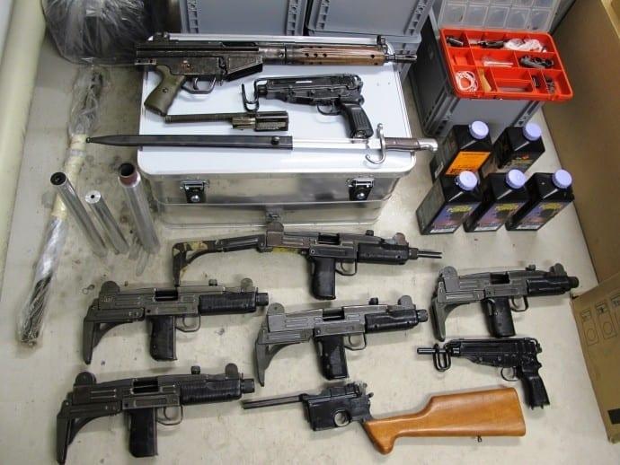 Blick in die Asservatenkammer der Kripo Neu-Ulm/ Sichergestellte Waffen und Munition (Foto: Polizei)
