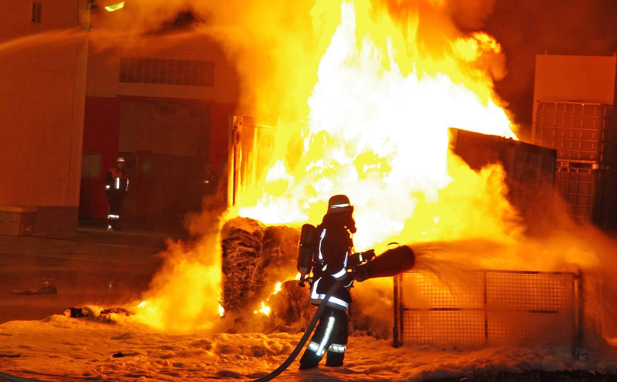 Feuerwehr Ellzee Containerbrand, Brand Ellzee, Foto Weiss, Robert Weiss, Feuerwehr Ichenhausen, Obeser, BSAktuell Ellzee Brand