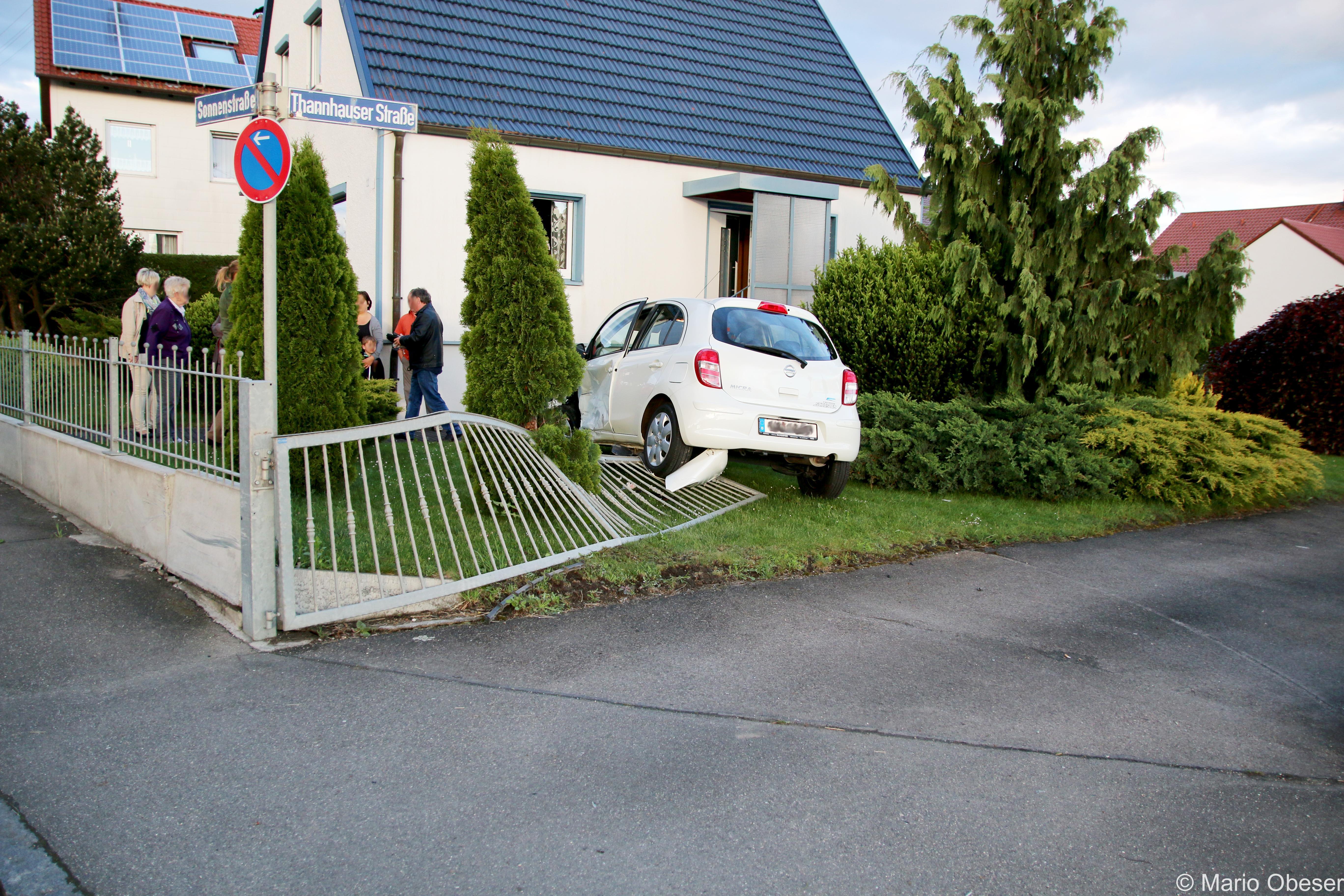 PKW wird in Vorgarten katapultiert, Röfingen Verkehrsunfall, BSAktuell.de
