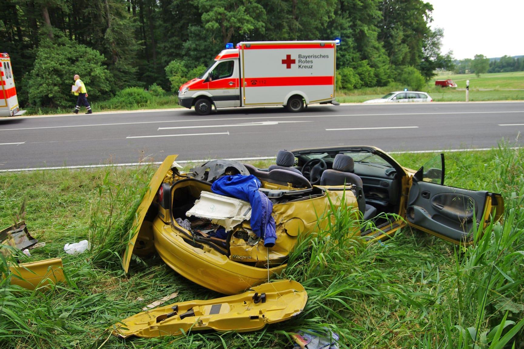 Fünf Verletzte bei Verkehrsunfall mit Cabrio bei Thannhausen.