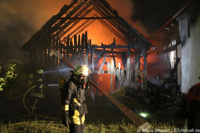 Brand eines Holzschuppen, der an einen Getränkemarkt in der Steigstraße in Offingen im Kreis Günzburg. Die Feuerwehren aus Offingen, Schuttenbach und Burgau waren im Einsatz.