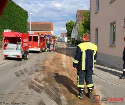 Feuerwehreinsatz wegen einer großen Ölspur in Ichenhausen.