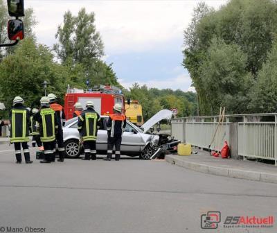 Verkehrsunfall, PKW kracht gegen Geländer der Mindelbrücke in Offingen,