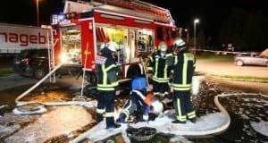 Feuerwehr Ichenhausen fluten Kanal mit Löschschaum wegen Benzindämpfe.