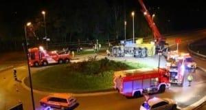 LKW kippt im Kreisverkehr in Günzburg wegen magelnder Ladungssicherung um.
