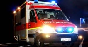 BRK Rettungswagen bei Nacht mit Blaulicht