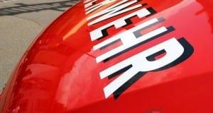 Feuerwehr Schriftzug auf Motorhaube.
