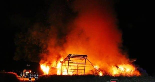 Scheune und Aussichtsturm brannten in der Nacht in Offingen im Kreis Günzburg