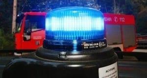 Blaulicht und Feuerwehr im Hintergrund