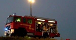 Feuerwehrfahrzeug leuchtet aus.