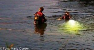 Taucher suchen in Gewässer