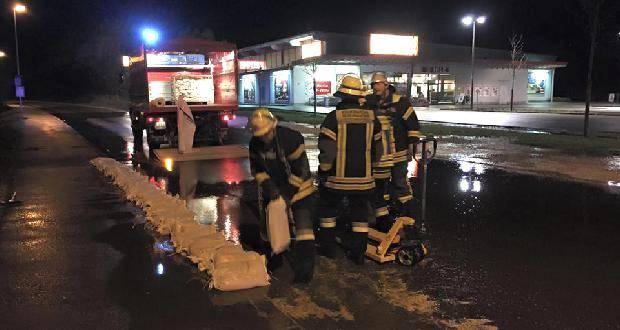 Feuerwehr Ichenhausen beim Hochwassereinsatz in der Günztalstrasse.
