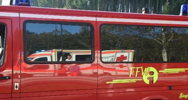 Feuerwehr Ichenhausen mit Rettungswagen der spiegelt