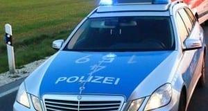 Polizeifahrzeug und Rettungswagen mit Blaulicht