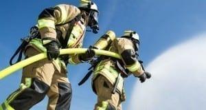 Feuerwehr löscht mit Strahlrohr