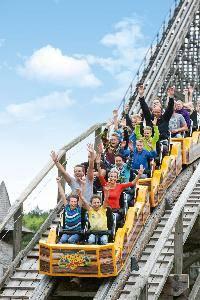 Colossos, die höchste und schnellste Holzachterbahn Europas, bietet Familienspaß ab 12 Jahren im Heide Park Resort in Soltau.