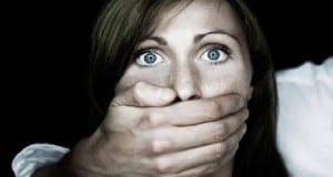 Eine Frau wird festgehalten