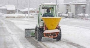 Traktor im Winterdienst