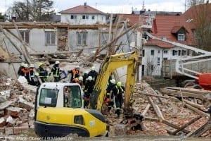 Zwei Menschen unter Trümmern in Abbruchhhaus in Ellzee bei Ichenhausen