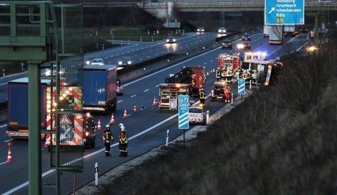 VerkehrsunfallA LKWumgekipptbeiGünzburg
