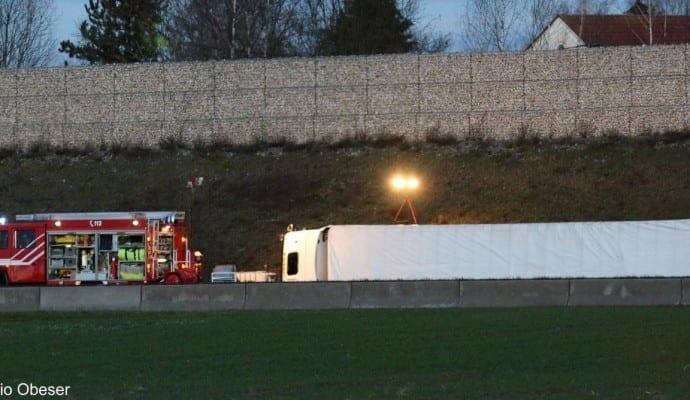 VerkehrsunfallAvorderASGuenzburg LKWumgekippt