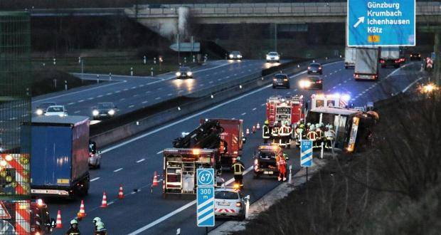 VerkehrsunfallAvorASGuenzburgLKWumgekippt