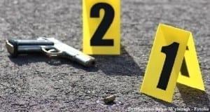 Pistole Spurensicherung mit Nummerntafeln