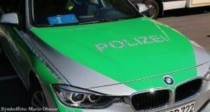 Polizeifahrzeug mit Rettungswagen im Hintergrund