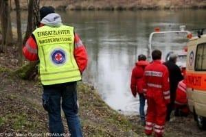 Feuerwehr und Wasserwacht suchten nach der Vermissten die Donau ab.