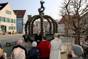 Erster Osterbrunnen in Ichenhausen mit der Ansprache des Bürgermeisters Robert Strobel