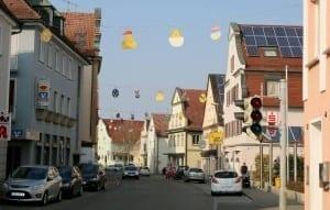 Die Stadt Ichenhausen hat ihren Osterschmuck aufgehängt