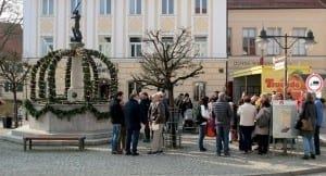Erster Osterbrunnen in Ichenhausen am Kriegerbrunnen