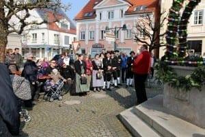 Erster Osterbrunnen in Ichenhausen mit Ansprache von Herrn Zenker