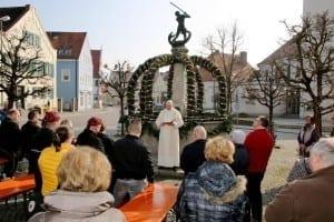 Erster Osterbrunnen in Ichenhausen wurde kirchlich gesegnet
