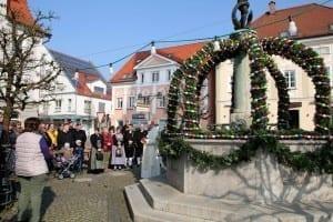 Erster Osterbrunnen in Ichenhausen vom Stadtpfarrer gesegnet
