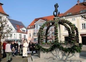 Erster Osterbrunnen in Ichenhausen wurde gesegnet