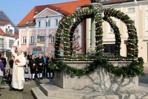 Erster Osterbrunnen in Ichenhausen für die Kernstadt