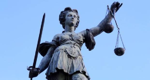Justizia bei blauem Himmel