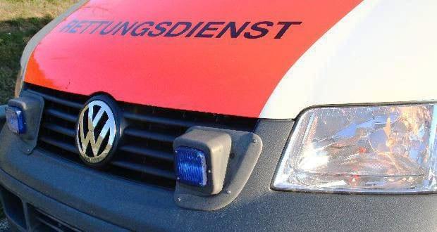 Rettungsdienst Fahrzeug Front mit Frontblitzer im Kühlergrill