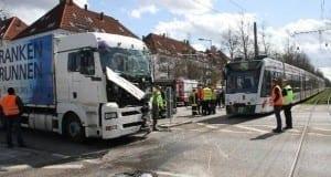 StraßenbahnunfallinAugsburgmiteinemVerletztenLKW Fahrer