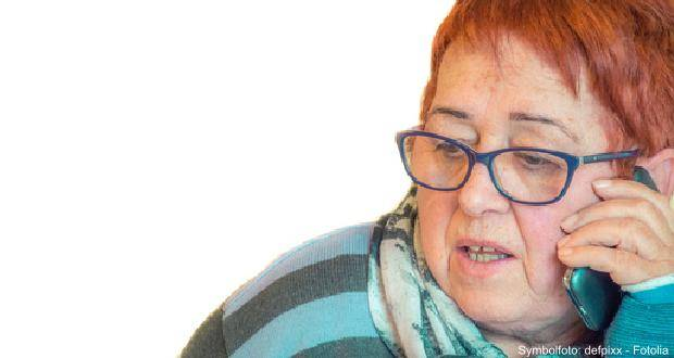 Seniorin telefoniert Frau Telefon