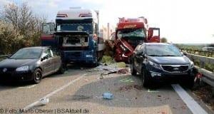 Verkehrsunfall A7 Herbrechtingen zwischen Leitplanke und LKW Unfallstelle nach AS Niederstotzingen